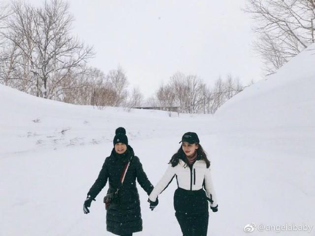 Ngôi sao Hoa ngữ dắt tay mẹ chồng khi cùng đi ngắm tuyết.