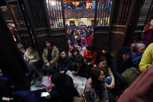18h, cả bên trong và bên ngoài sân chùa chật kín phật tử và du khách chờ làm lễ, chủ yếu là phụ nữ.