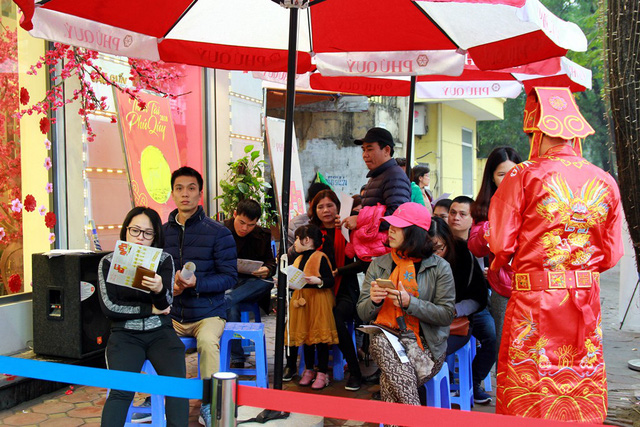 Tại cửa hàng vàng bạc Phú Quý (329, Cầu Giấy, Hà Nội) người dân xếp hàng chờ mua vàng từ sáng sớm