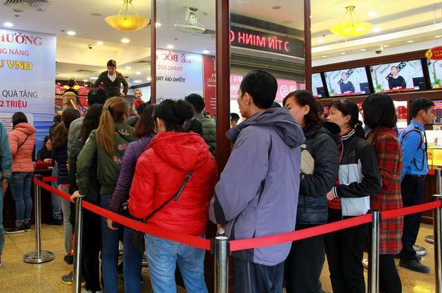 Bên trong cửa hàng tình trạng người dân phải xếp hàng dài lại tiếp tục xảy ra