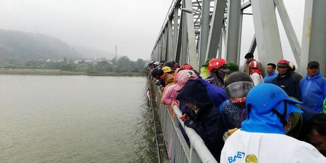 Người dân tập trung trên cầu Bến Thủy để theo dõi lực lượng chức năng tìm kiếm nạn nhân.
