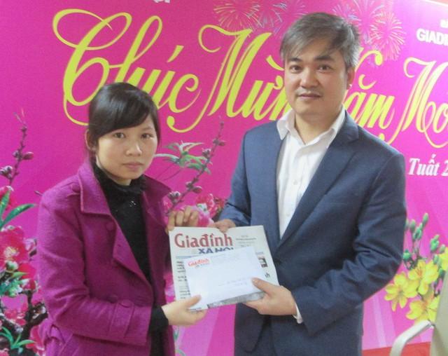 Báo GĐ&XH trao gần 20 triệu đồng cho gia đình bé gái mắc bệnh ung thư võng mạc