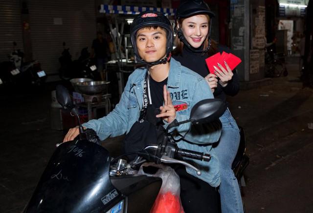 Đêm giao thừa Tết Mậu Tuất, Lâm Vinh Hải chở Linh Chi vào từng con hẻm ở TP HCM trong đêm giao thừa để tặng quà Tết cho người nghèo.