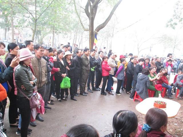 Du khách thập phương đến đây chủ yếu để lắng nghe điệu hát của các liền anh, liền chị ở Hội Lim.