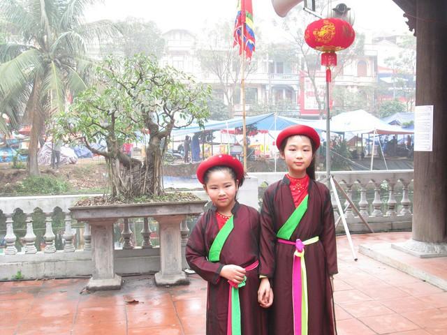 Như mọi khi, các em bé hát quan họ cũng là tâm điểm của mọi người khi đến trẩy Hội Lim.