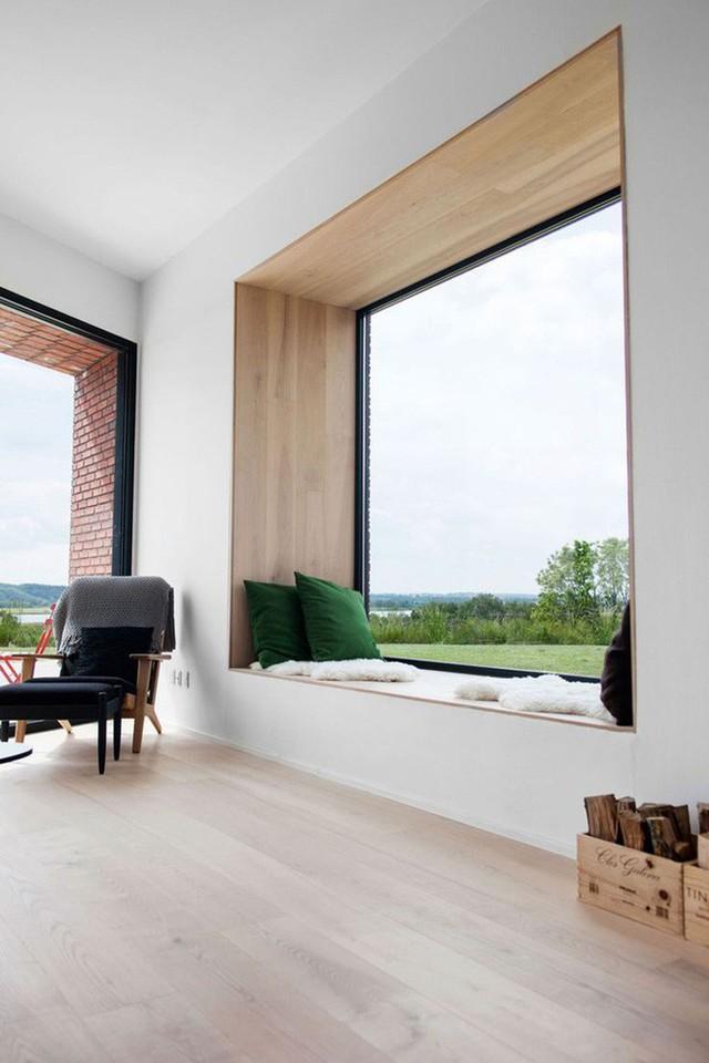 Điểm nhấn cho nhà ở này là cửa sổ lớn với giường buổi trưa nhìn ra bên ngoài tuyệt đẹp.