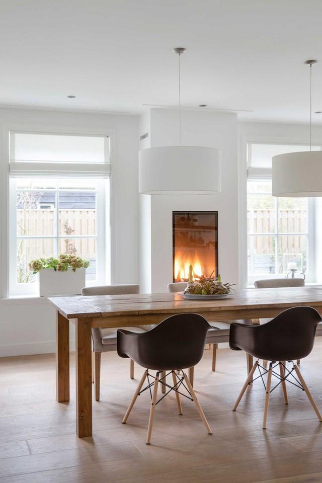 Lò sưởi tích hợp trong phòng ăn giúp không gian thêm ấm cúng và nổi bật.