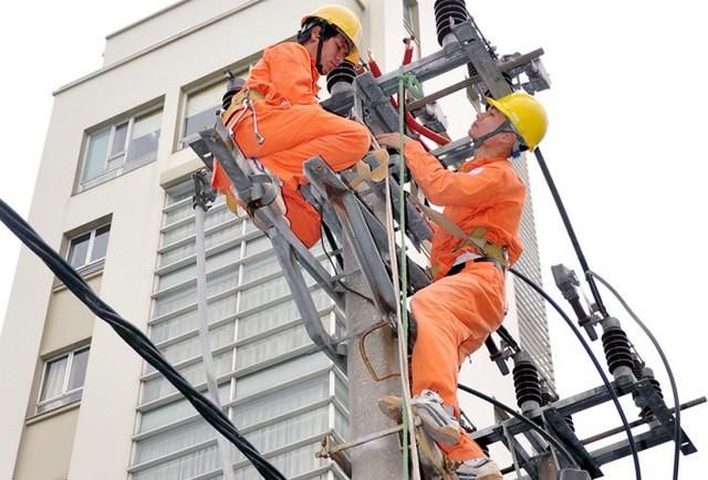 Cán bộ điện lực Hà Nội bắt tay vào việc ngay từ những ngày đầu năm.