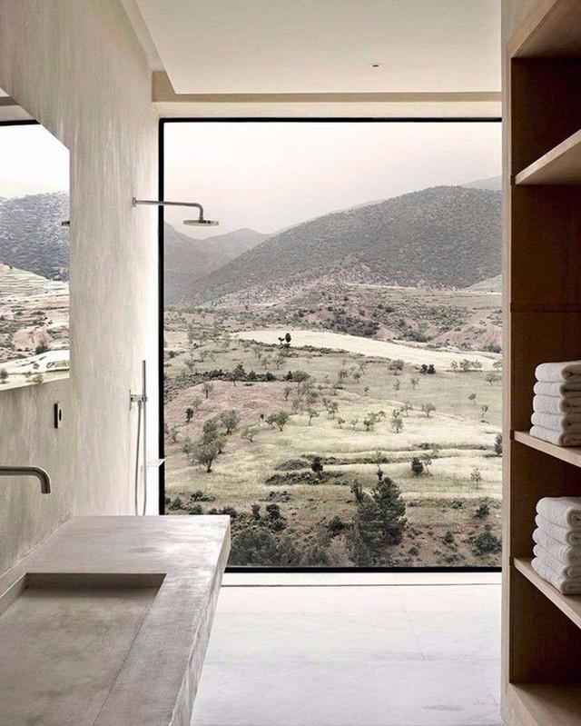 Phòng tắm nhỏ gọn với tường kính giúp bạn phóng tầm mắt đến những ngọn hải đăng.