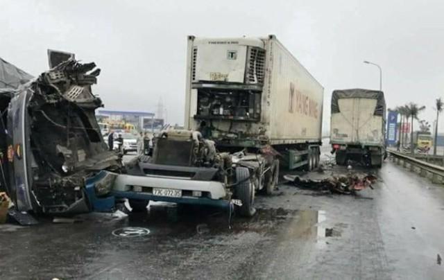 Đầu xe container lật nghiêng xuống đường sau cú va chạm mạnh.