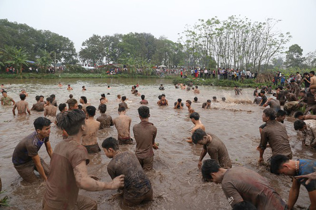 Ngay sau khi cướp phết xong, hàng trăm thanh niên đã tràn xuống ao cá để tắm rửa