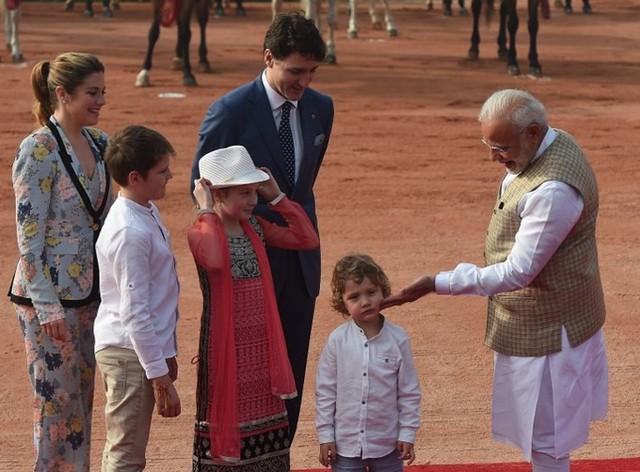Con trai 3 tuổi của thủ tướng Canada gây sốt trong chuyến thăm Ấn Độ