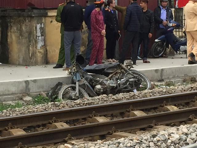 Hà Nội: Qua đường ray bất cẩn, người đàn ông đi xe máy bị tàu hoả kéo lê 20 mét tử vong tại chỗ
