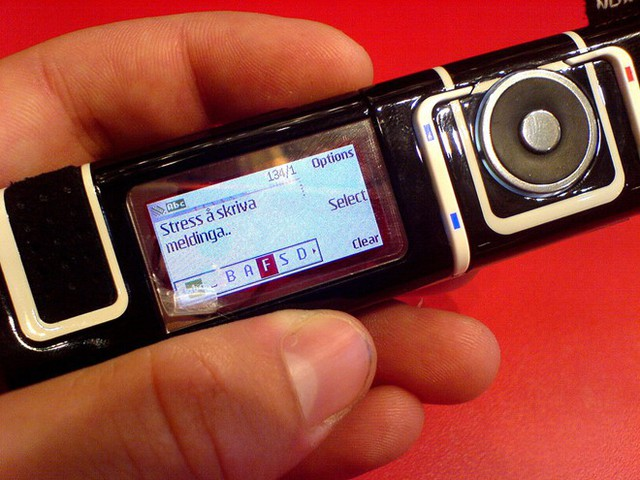 Nokia 7280 không giống một chiếc điện thoại thông thường.