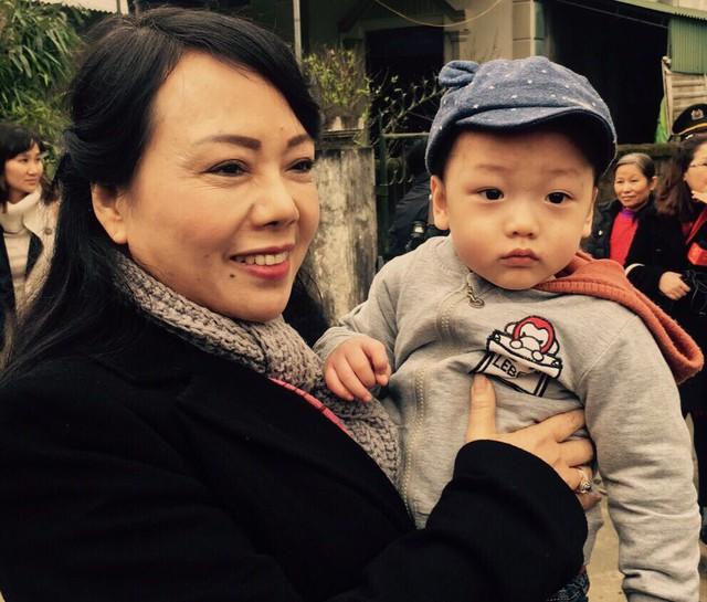 Bộ trưởng Bộ Y tế Nguyễn Thị Kim Tiến tới thăm và chúc Tết gia đình bé Gấu tại TP Hà Tĩnh.