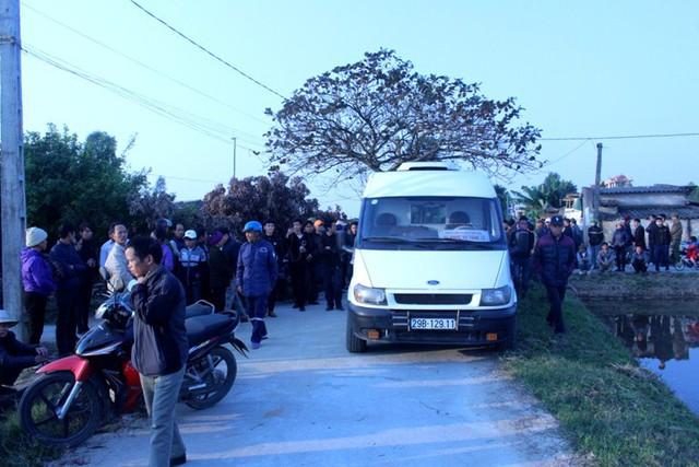 Sau khi thi thể nạn nhân đưa về đến cổng nhà, gia đình, người thân bức xúc chưa cho vào nhà. Ảnh: Đ.Tùy