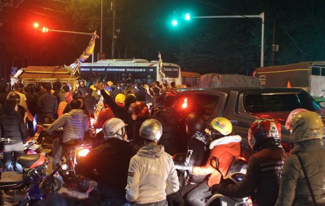 Khi đến ngã tư cầu Gỗ, gia đình nạn nhân dừng lại khiến đoạn đường tắc nghẽn. Ảnh: Đ.Tùy