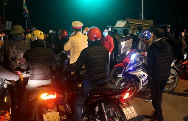 Khoảng gần 20h tối nay, gia đình nạn nhân kéo về trụ sở Công an huyện Gia Lộc. Ảnh: Đ.Tùy