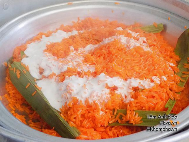 Bước 5: Tiếp tục cho nước dừa còn lại vào trộn đều hấp 5 phút. Cuối cùng cho đường vào xới chung hấp 7-8 phút nữa là tắt bếp.