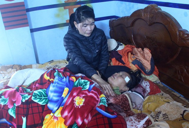 Bà Phạm Thị Yến (mẹ anh L.) ngất lim từ chiều qua khi thể thể con trai đưa về cổng nhà. Ảnh: Đ.Tùy