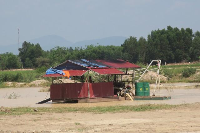 Những hình ảnh khai thác cát tại lòng hồ Biển Lạc vào trưa ngày 3/2 mà phóng viên ghi nhận được