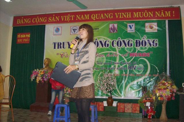 Chị Hằng trong một buổi tọa đàm về tác hại của ma túy và phòng chống HIV/AIDS. ảnh : Trần Hòa