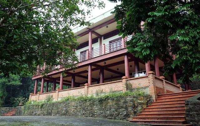 Ngôi nhà sàn giả gỗ của cha đẻ cuộc thi Hoa hậu Việt Nam nằm giữa khu vườn bạt ngàn cây xanh.