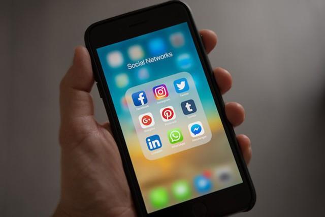 Smartphone yếu có nhiều ứng dụng cập nhật ngầm khiến cho tốc độ vào mạng chậm hẳn đi.