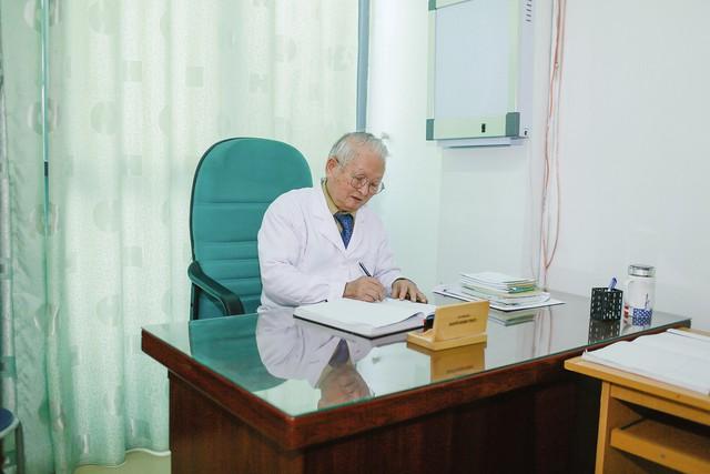 Dù đã 80 tuổi song ông vẫn miệt mài với công việc. Ảnh:TG