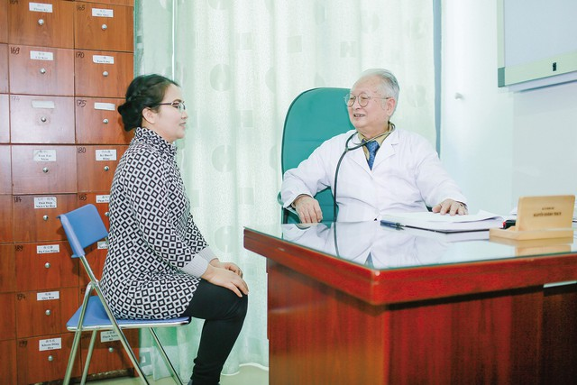 GSTS.BS Nguyễn Khánh Trạch ân cần với người nhà bệnh nhân. Ảnh:TG