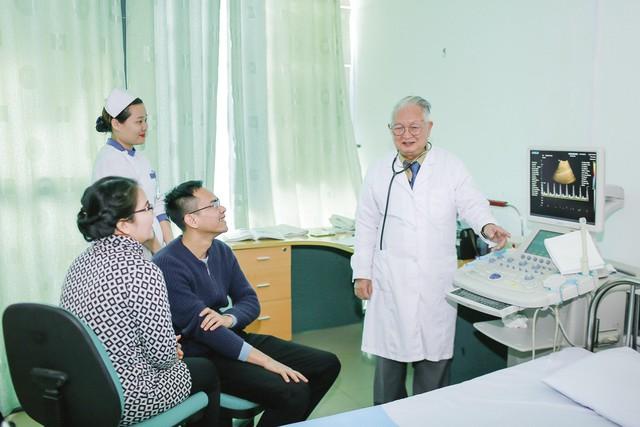 GSTS.BS Nguyễn Khánh Trạch (ngoài cùng bên phải) tư vấn cho người nhà bệnh nhân. Ảnh:TG