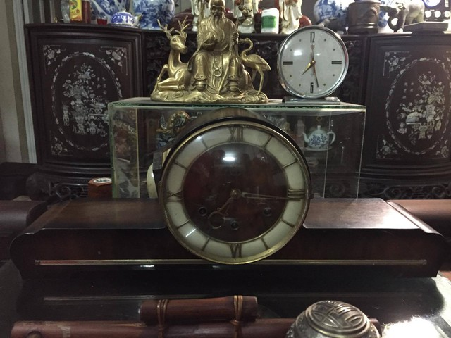 Vật trang trí trong nhà là những chiếc đồng hồ được gia đình lưu giữ. Chiếc đồng hồ hiệu Đức Mauthe vai bò 9 gongs, dài 73c m (ảnh bên) được đặt ở chỗ trang trong nhất.