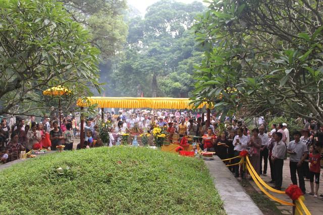 Người dân đến thắp hương mộ vua Lê Thái Tổ. Ảnh: PV