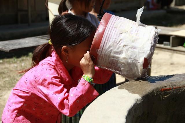 Do thiếu nước sạch nên học sinh phải uống nước giếng. ảnh : Đặng Huy