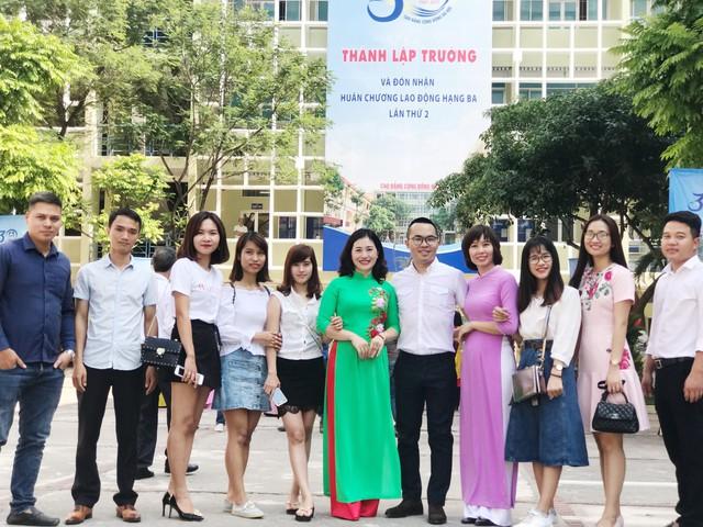 TS Nguyễn Trung Thành chụp ảnh chung với đồng nghiệp và sinh viên nhân dịp kỷ niệm 30 năm thành lập Trường CĐ Cộng đồng Hà Nội. Ảnh: NVCC
