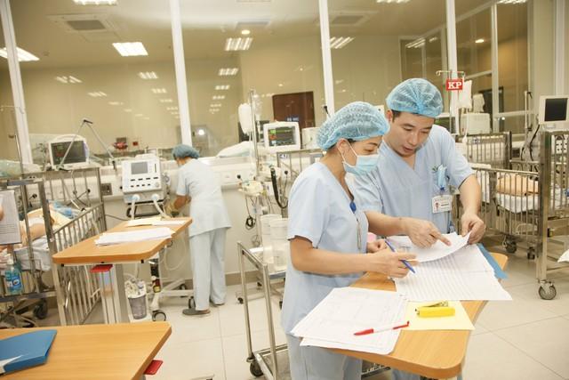 Suốt những ngày Tết, guồng quay công việc tại các bệnh viện tuyến trên vẫn không thay đổi, thậm chí còn nhiều áp lực hơn bởi lượng bệnh nhân chuyển từ tuyến dưới lên rất đông.Ảnh: Chí Cường