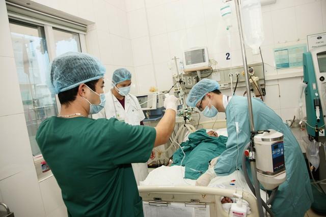 Hơn 1 giờ sáng, không khí làm việc tại khoa Hồi sức cấp cứu, Bệnh viện Nhi Trung ương vẫn rất khẩn trương.