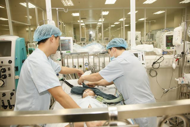 Ở các khoa Cấp cứu hay Hồi sức tích cực, mọi việc chăm sóc cho bệnh nhân được các điều dưỡng viên thực hiện. ảnh : Chí Cường