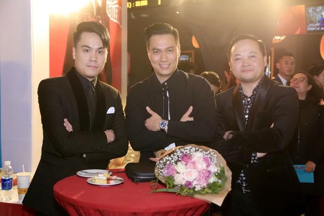 Diễn viên Việt Anh (giữa) xuất hiện cùng các nghệ sĩ