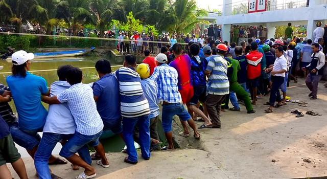 Hơn trăm người giải cứu nạn nhân bị kẹt giữa nắp cống