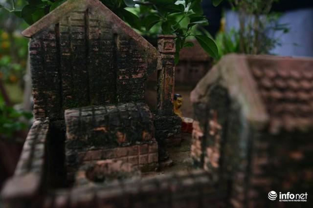 Từng chi tiết của nhà ba gian được làm tỉ mỉ, kỹ lưỡng tới từng vết mốc rêu phong.