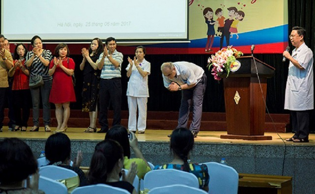 GS.TS Valex Nasibov cảm ơn ân tình của các bác sĩ và những người dân Việt Nam giúp cha con ông trong những ngày ở Việt Nam.