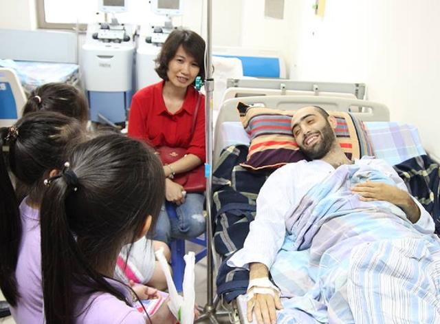 Thầy giáo Eldaniz Nasabli xúc động khi các học sinh đến thăm tại bệnh viện. Ảnh: TL