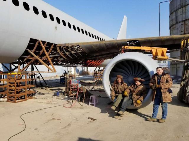 Máy bay của Zhu có kích cỡ y như một chiếc Airbus A320 thật với chiều dài 37,84m, chiều rộng 36m và chiều cao 12m. Cho tới nay, anh đã sử dụng 40 tấn thép và chi hơn 800.000NDT để đạt được giấc mơ của mình.
