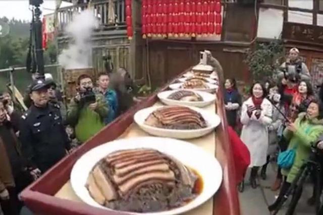 Bữa tiệc hoành tráng 800 mâm, dài 1.000m đón Tết ở khu phố TQ