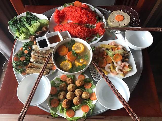 Mâm cơm cúng nhà mẹ Trang Ỉn cũng có đầy đủ món canh, món xào. Đặc biệt có đĩa xôi hình cá chép đỏ rực được nấu từ gạo nếp nương và gấc quê.