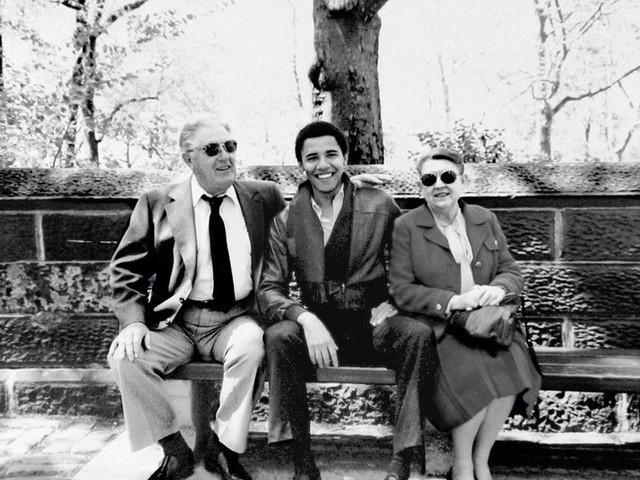 Cựu Tổng thống Barack Obama chụp ảnh cùng ông bà tại New York trong những năm 1980. Giai đoạn này cựu Tổng thống Mỹ khoảng ngoài 20 tuổi. (Ảnh: Business Insider)