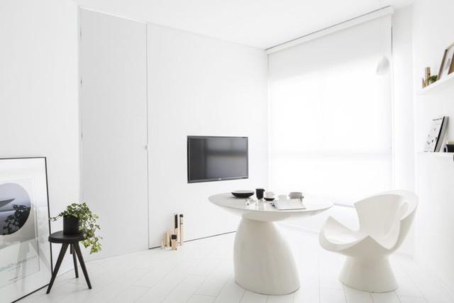 Nhà thiết kế đã lựa chọn lối thiết kế tối giản và hoàn thiện bằng cách chọn màu đơn sắc để tối ưu hóa cảm giác không gian.