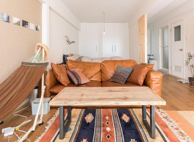 Bộ sofa da thiết kế đoan giản chính là điểm nhấn cho căn hộ nhỏ.