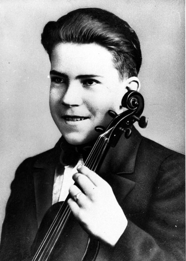 Cựu Tổng thống Richard Nixon chơi violin trong dàn nhạc thời trung học. Ngoài violon, ông cũng có thể chơi nhiều loại nhạc cụ khác như saxophone, accordion và piano. (Ảnh: Business Insider)
